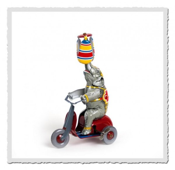 Zirkuselefant auf Motorroller